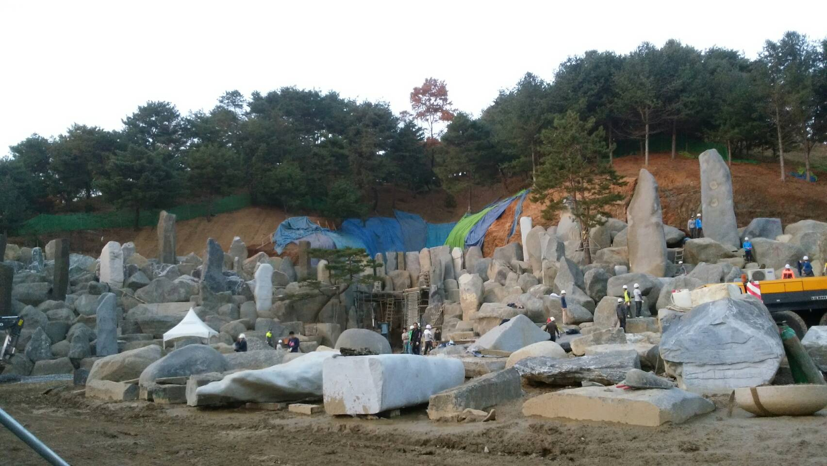 宴会場・岩の作業